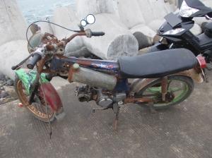 Yang ini Honda full karatan... :mrgreen: