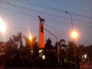 Tugu Garuda Pare, sudah agak terang...