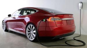 Salah satu mobil listrik, ngecharge di garasi... :cool: