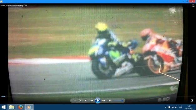 Rossi menoleh ke arah Marquez...