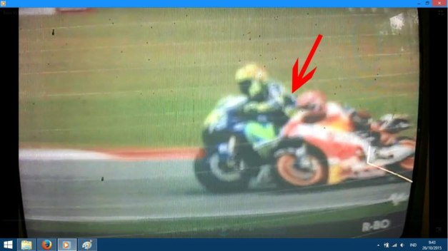 Kepala Marquez nyundul Rossi...