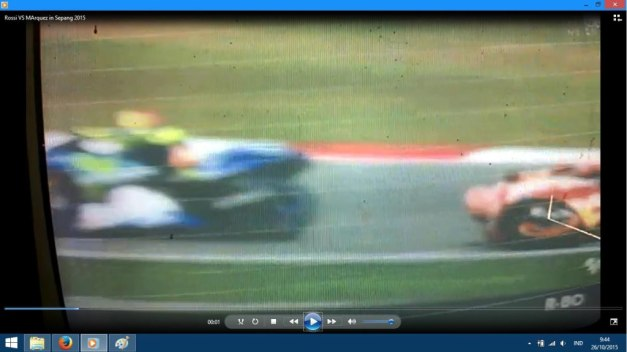 Rossi kicked Marquez in Sepang 2015 (4)